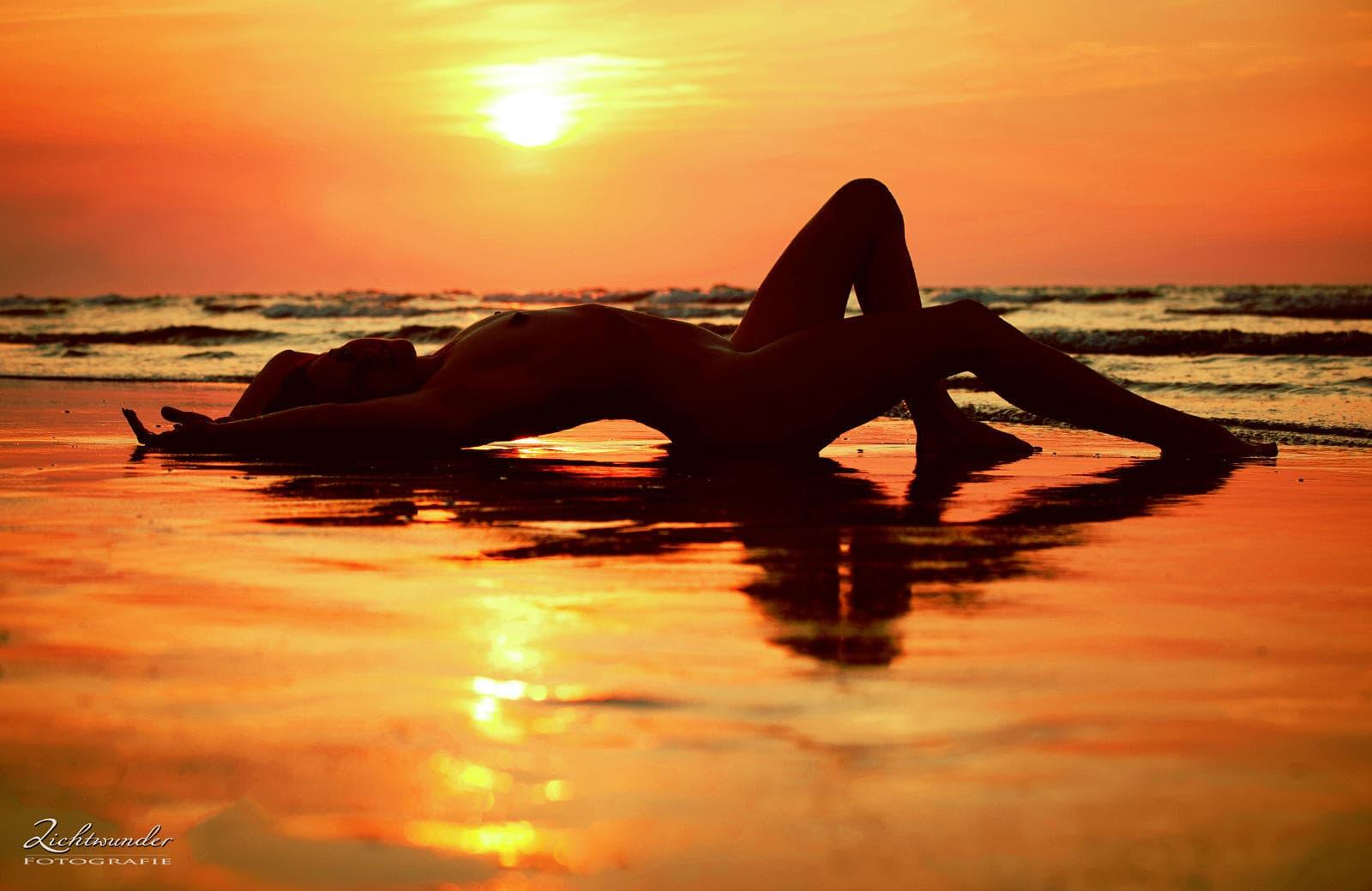 Akt Fotoshooting, Aktfoto outdoor bei Sonnenuntergang am Meer, Lichtwunder Fotografie aus Bonn