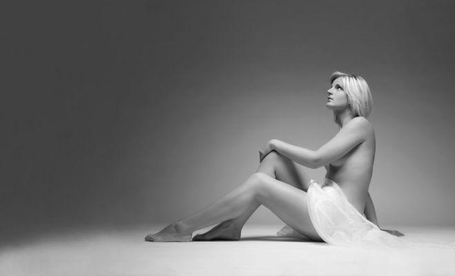 Aesthetische Aktfotos, mit Tuch, Studio, weißer Hintergrund Fotograf