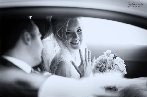Hochzeitspaar im Auto, Fotograf Bonn