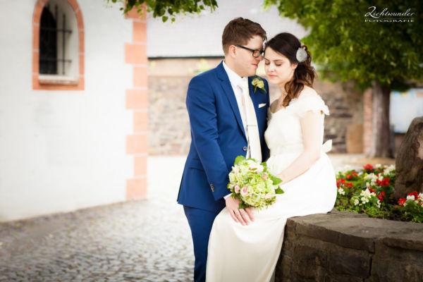 Hochzeit Fotograf Bonn Brautpaar vor der Kirche