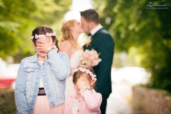 Hochzeitsfotograf Bonn, Kinder mit Brautpaar, lustig, originell