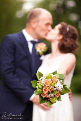 Hochzeitsfotograf Bonn Brautpaar Brautstrauss Lichtwunder Fotografie 567px