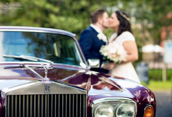 Hochzeitsfotografie Bonn Rolls Royce Brautpaar unscharf im Hintergrund
